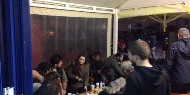 Μπλόκο στο Στόμιο με μεζέδες και ρακές, ζέσταμα για την Αθήνα